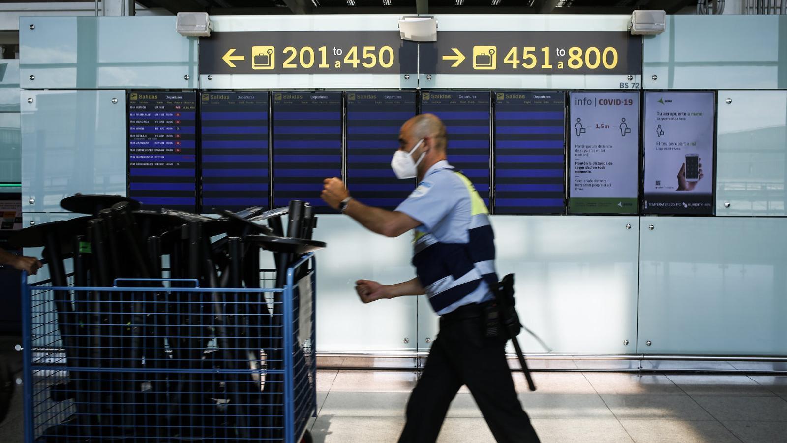 Un empleat de seguretat del Prat en una imatge de dimecres.