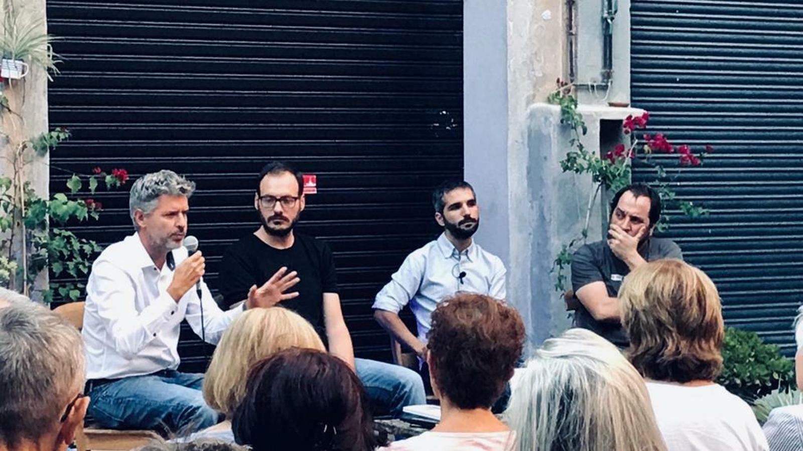 Albert Mercadé -el segon per la dreta- en un acte de presentació del llibre 'I ara què'?