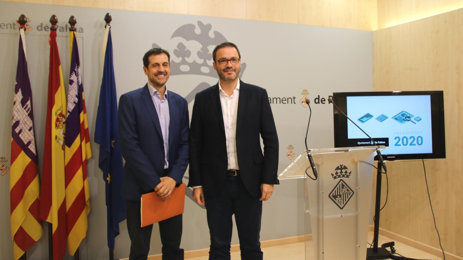 El regidor d'Economia, Hisenda i Innovació, Adrià Garcia, i el batle de Palma, José Hila