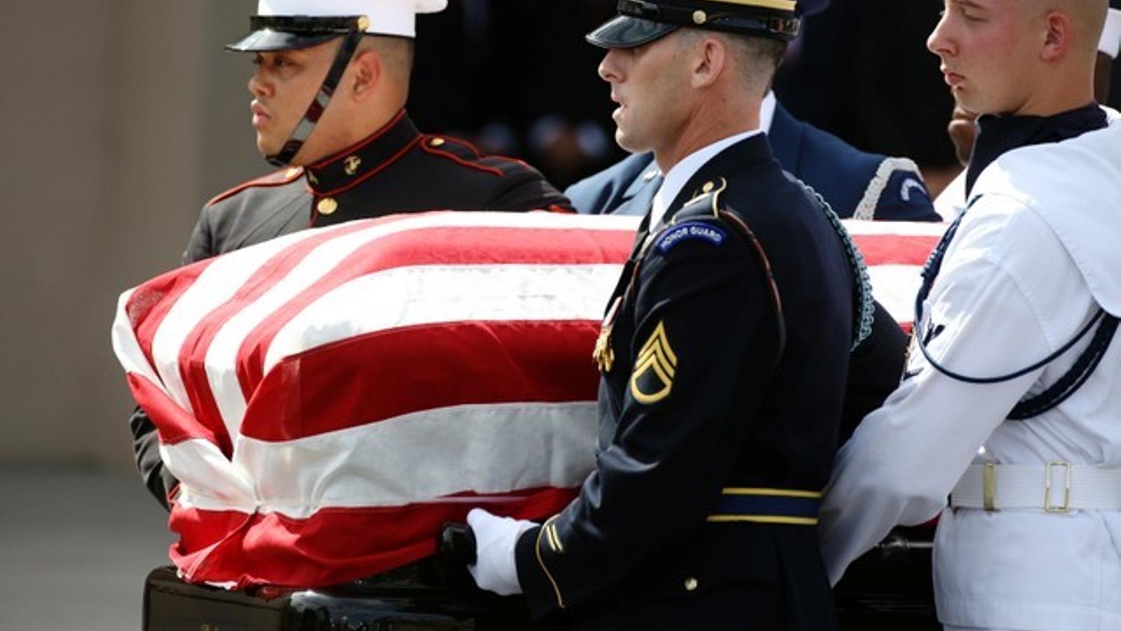 Les forces armades portant el fèretre de John McCain a l'església baptistadel  nord de Phoenix, a Arizona.