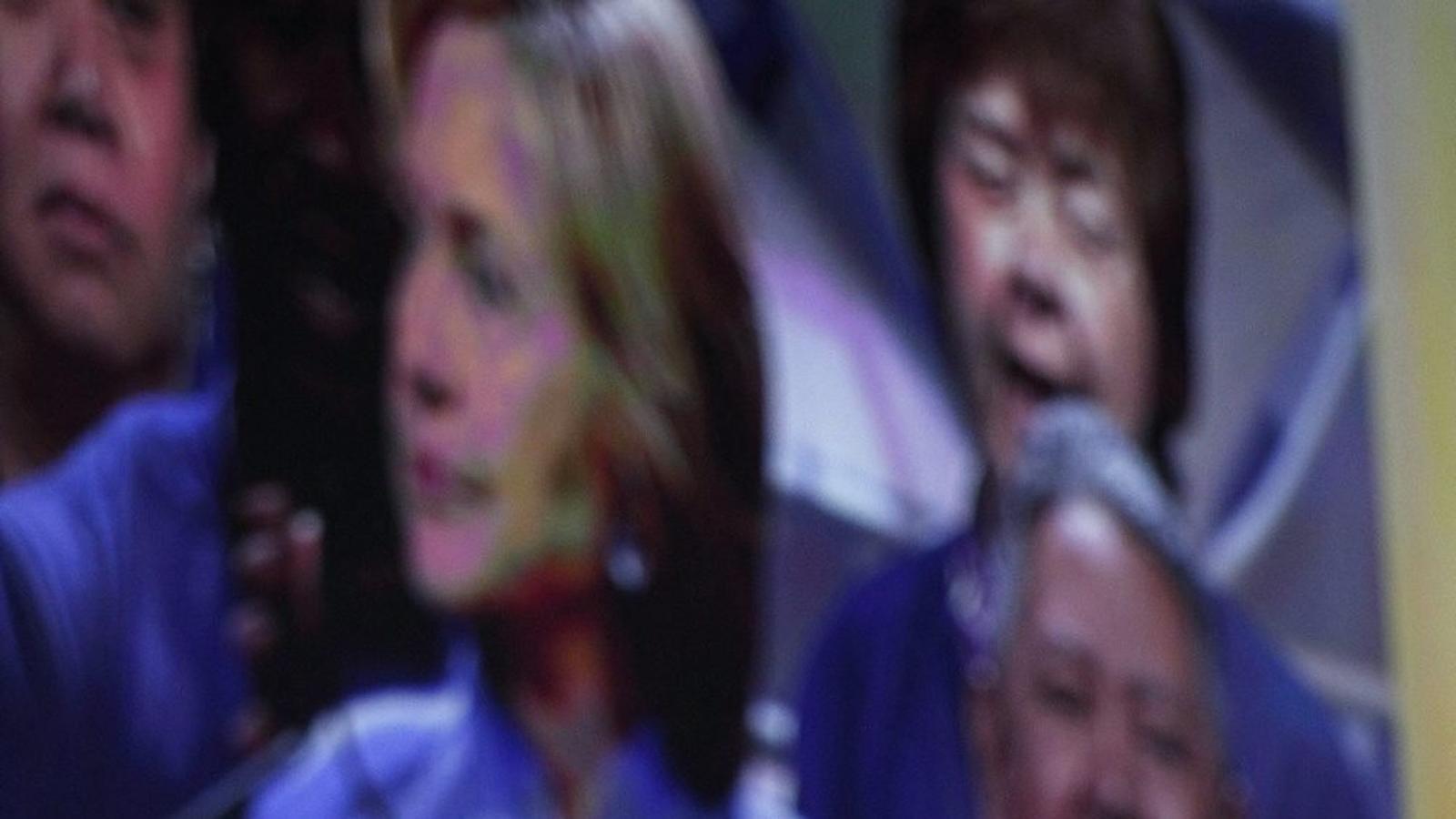 Hillary Clinton, en un acte de campanya, ha de combatre en dos fronts: contra Sanders i contra Trump.