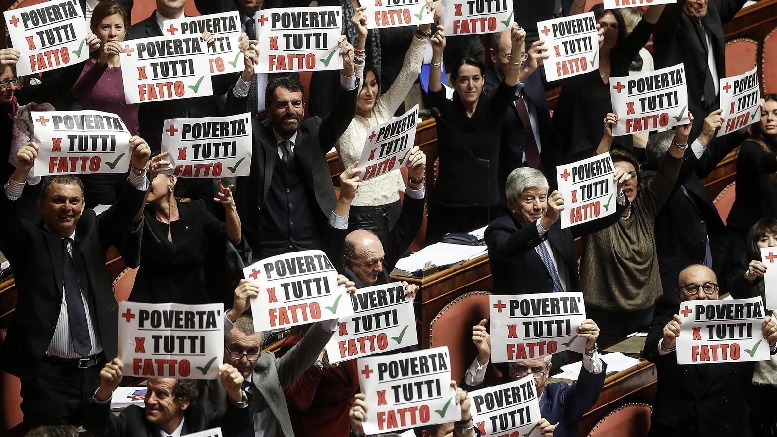 """Els senadors de Força Itàlia mostrant cartells que diuen """"Més pobresa per a tots"""", durant la sessió per aprovar els pressupostos / RICCARDO ANTIMIANI / EFE"""