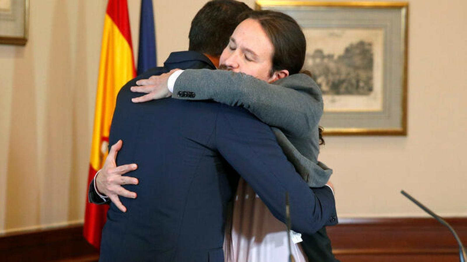 Sánchez abraça Iglesias per fer un govern de coalició sense vetos