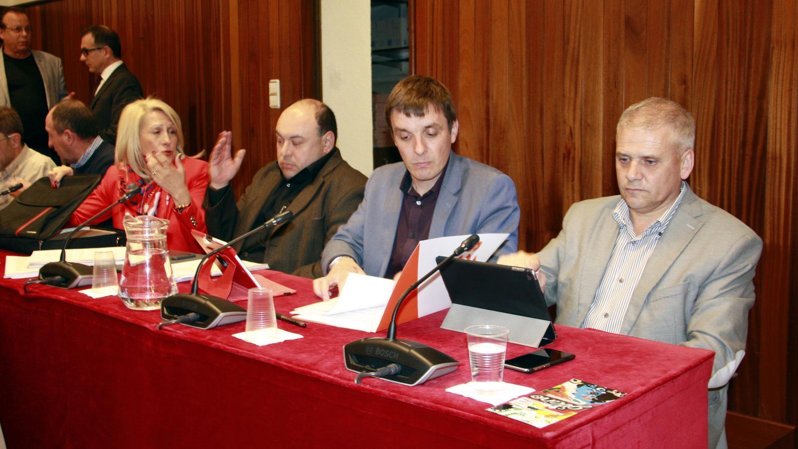 D'esquerra a dreta, els regidors del PP, Mª Àngels Olmedo i Diego Borrego i els dos edils de C's, Héctor Amelló i Toni Pérez durant un ple de Figueres / ACN