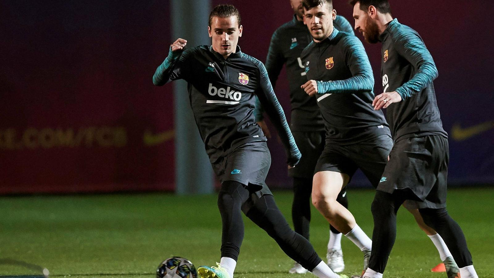 Griezmann, Messi i Carles Pérez davant la mirada de Jordi Alba en l'entrenament d'ahir.