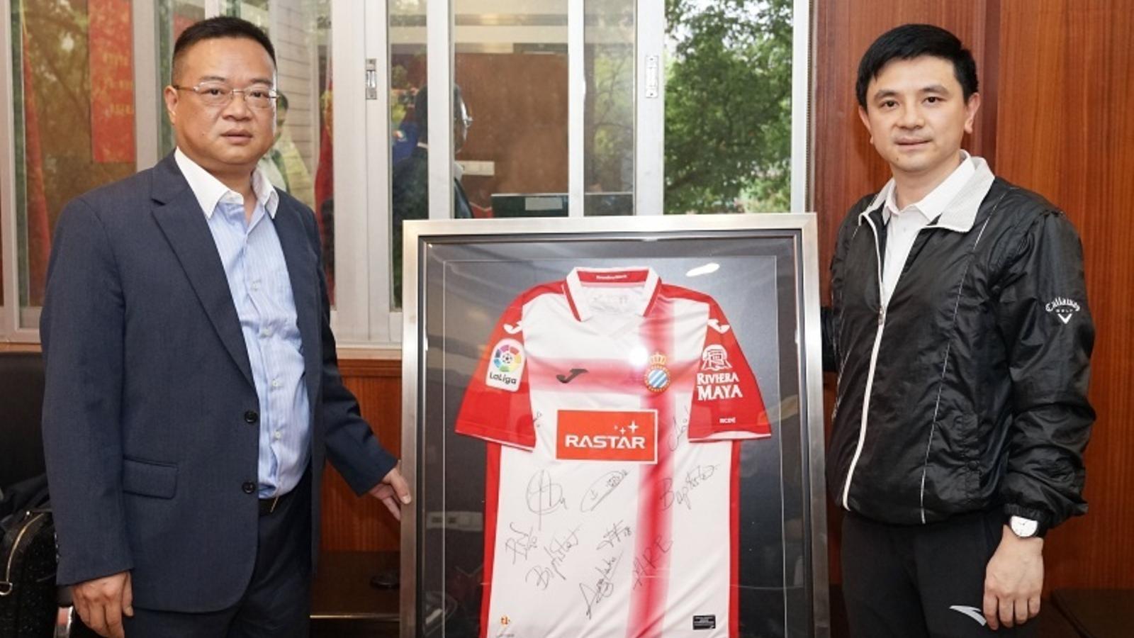 Chen Yansheng, amb un dels responsables de Hunan RuiDong Sport