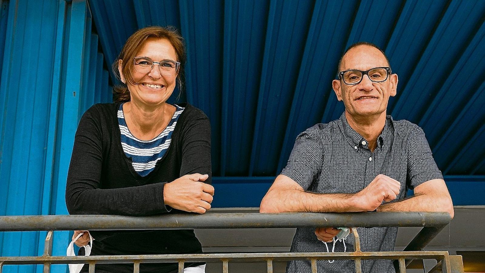 Isabel Llorens, de la Fundació Dau, i Javier Caro, usuari
