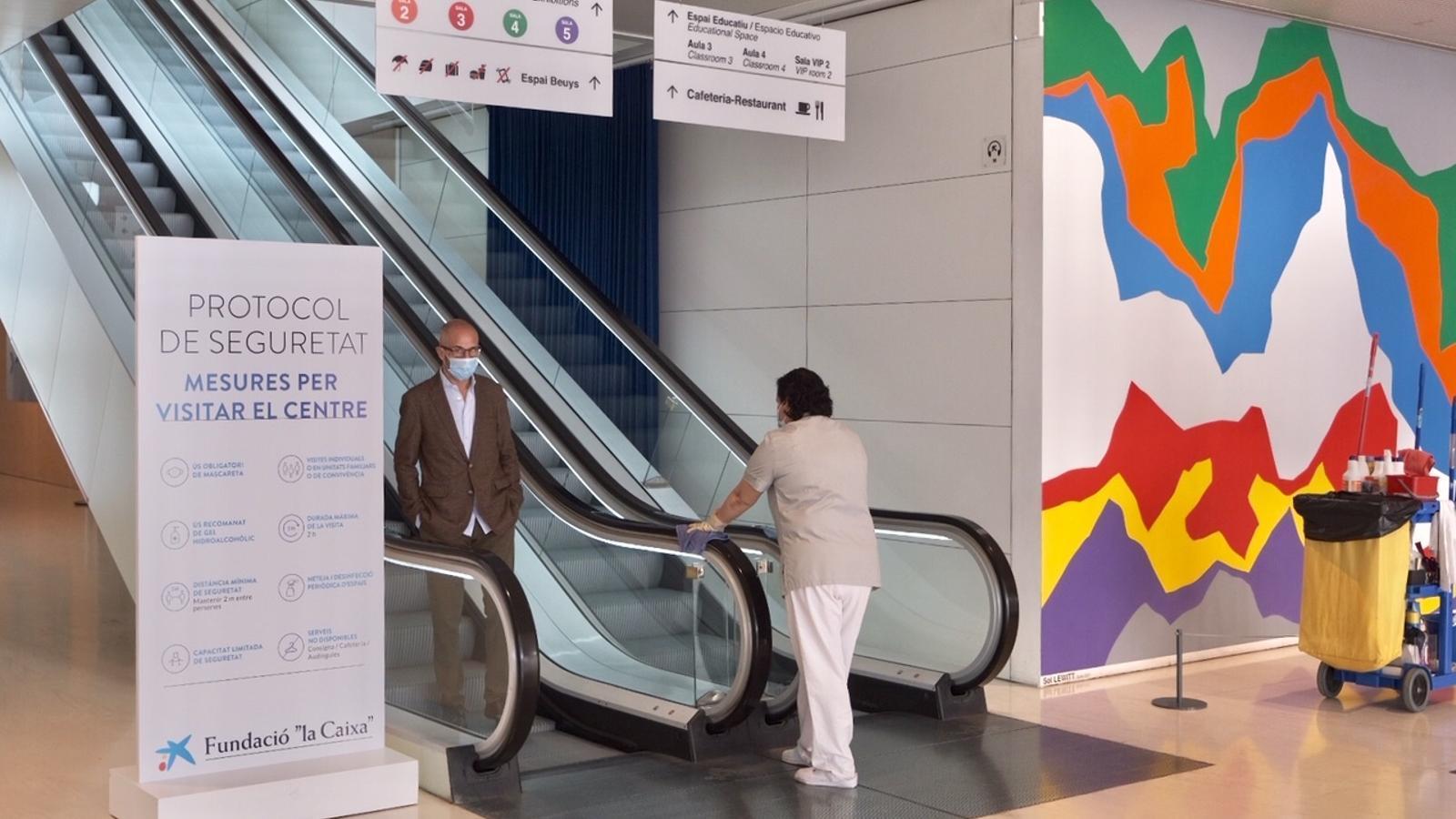 El CaixaForum de Barcelona ha tornat a obrir amb un equip de neteja reforçat