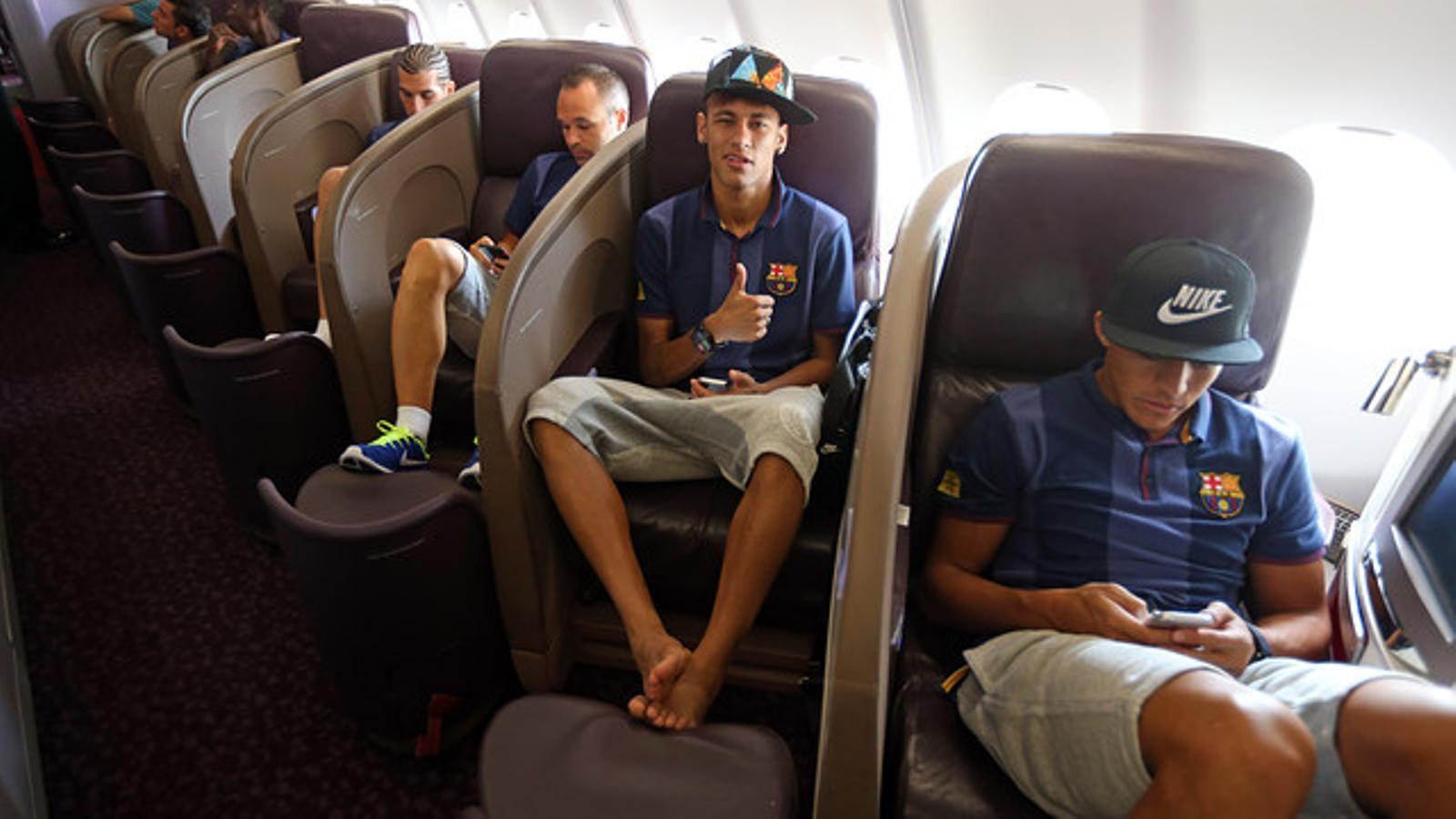 Neymar saluda a l'avió del Barça