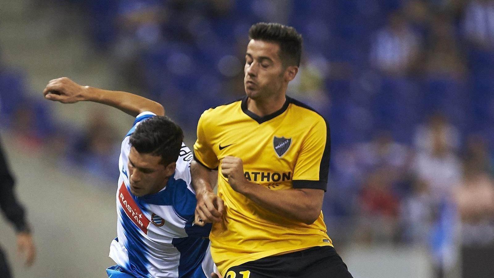 El defensa de l'espanyol Javi López disputant una pilota amb Jony del Màlaga durant el partit de Cornellà.
