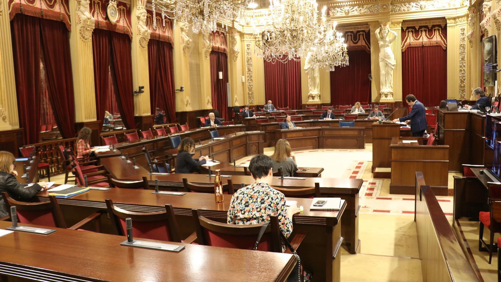 La Diputació Permanent del Parlament s'ha reunit aquest dimarts en una sala de plens pràcticament buida