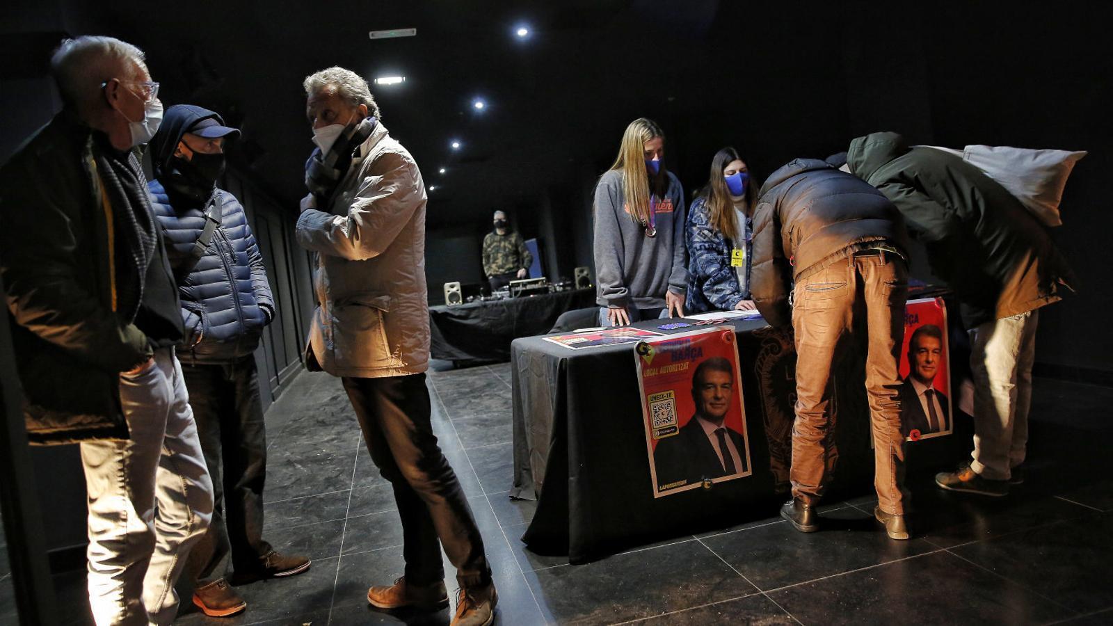 Joan Laporta va recollir signatures a la discoteca Luz de Gas de Barcelona.