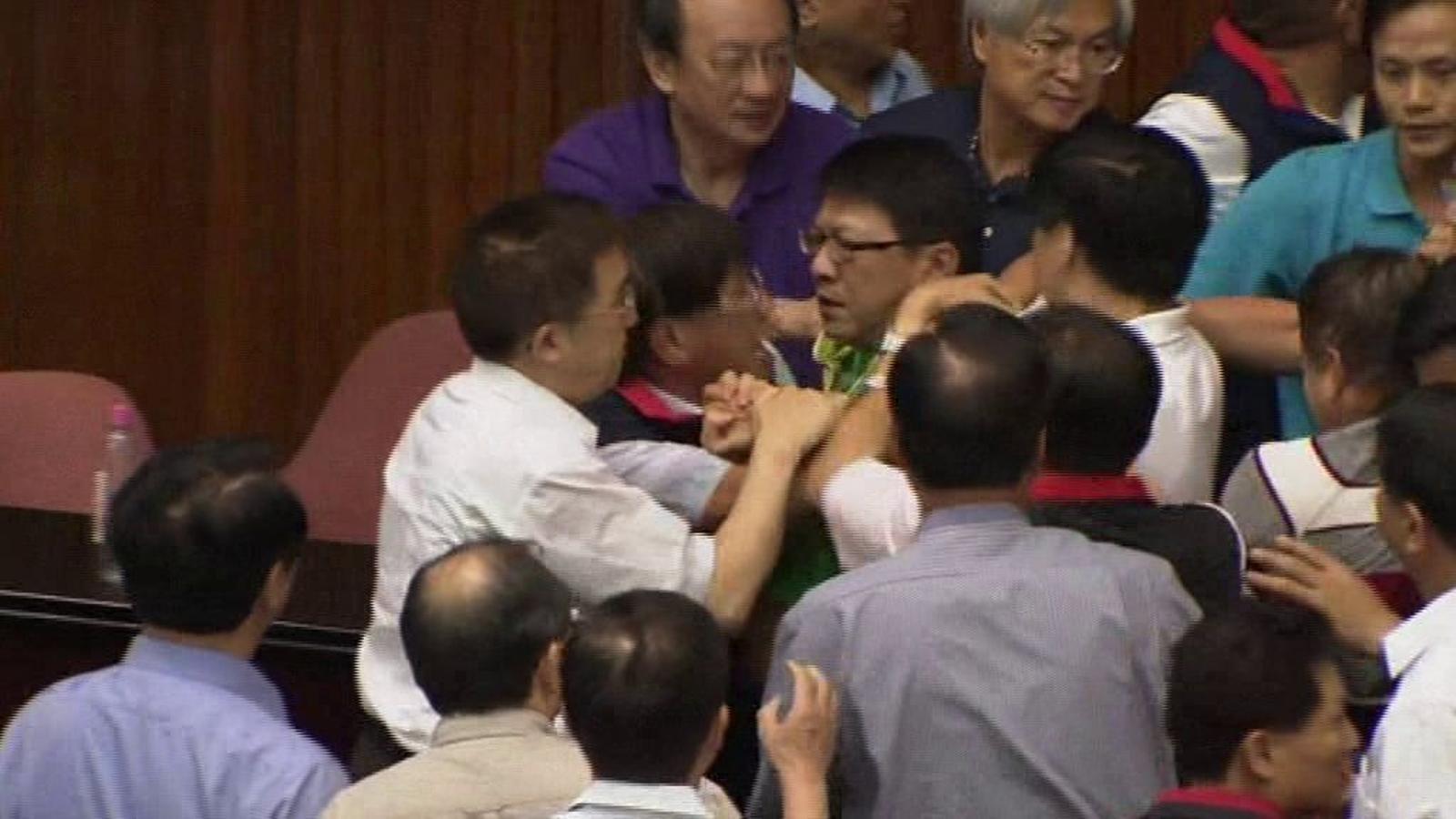 Batalla campal al Parlament taiwanès en un debat sobre centrals nuclears