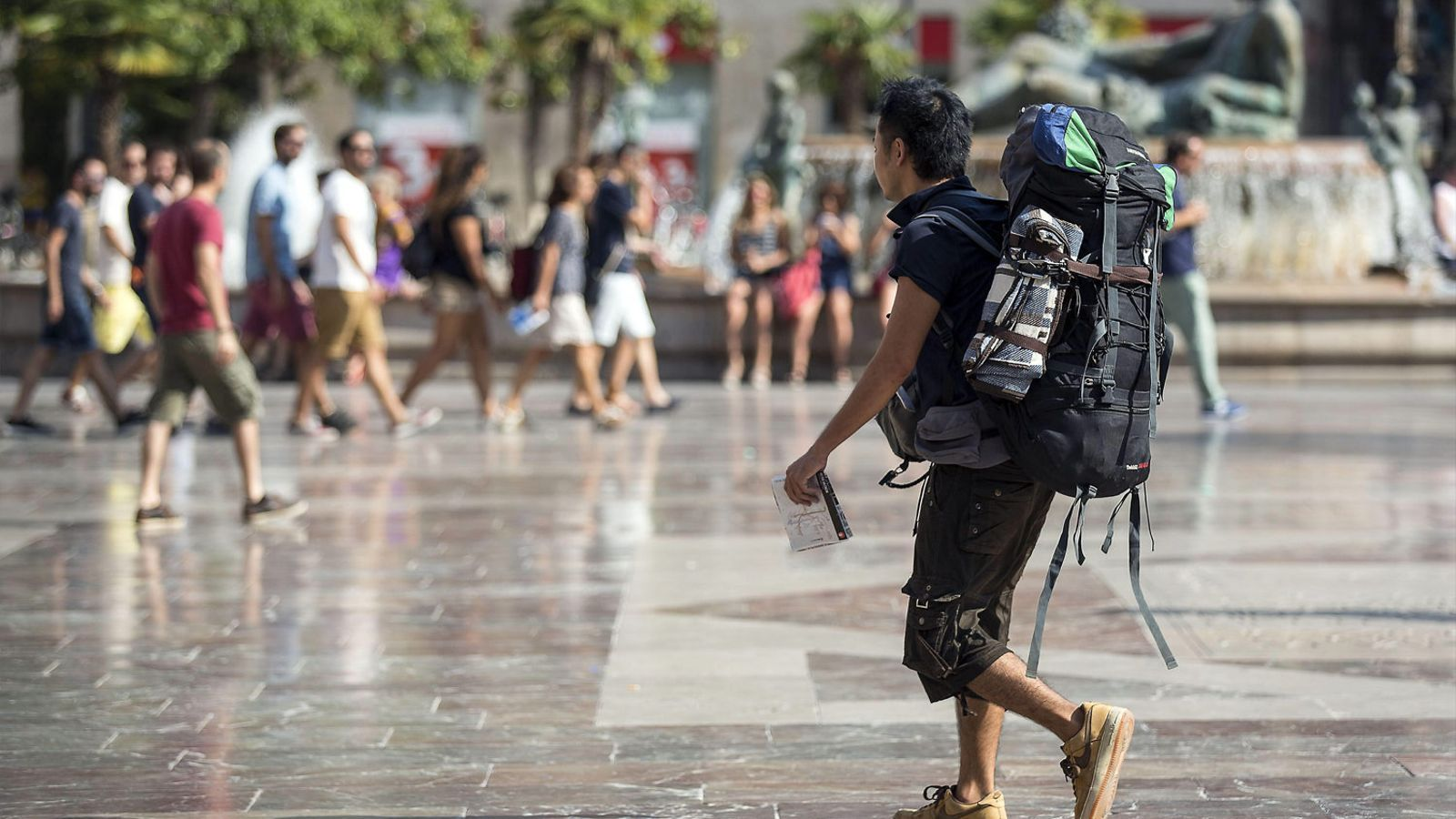 Un turista passejant  pel centre de València.