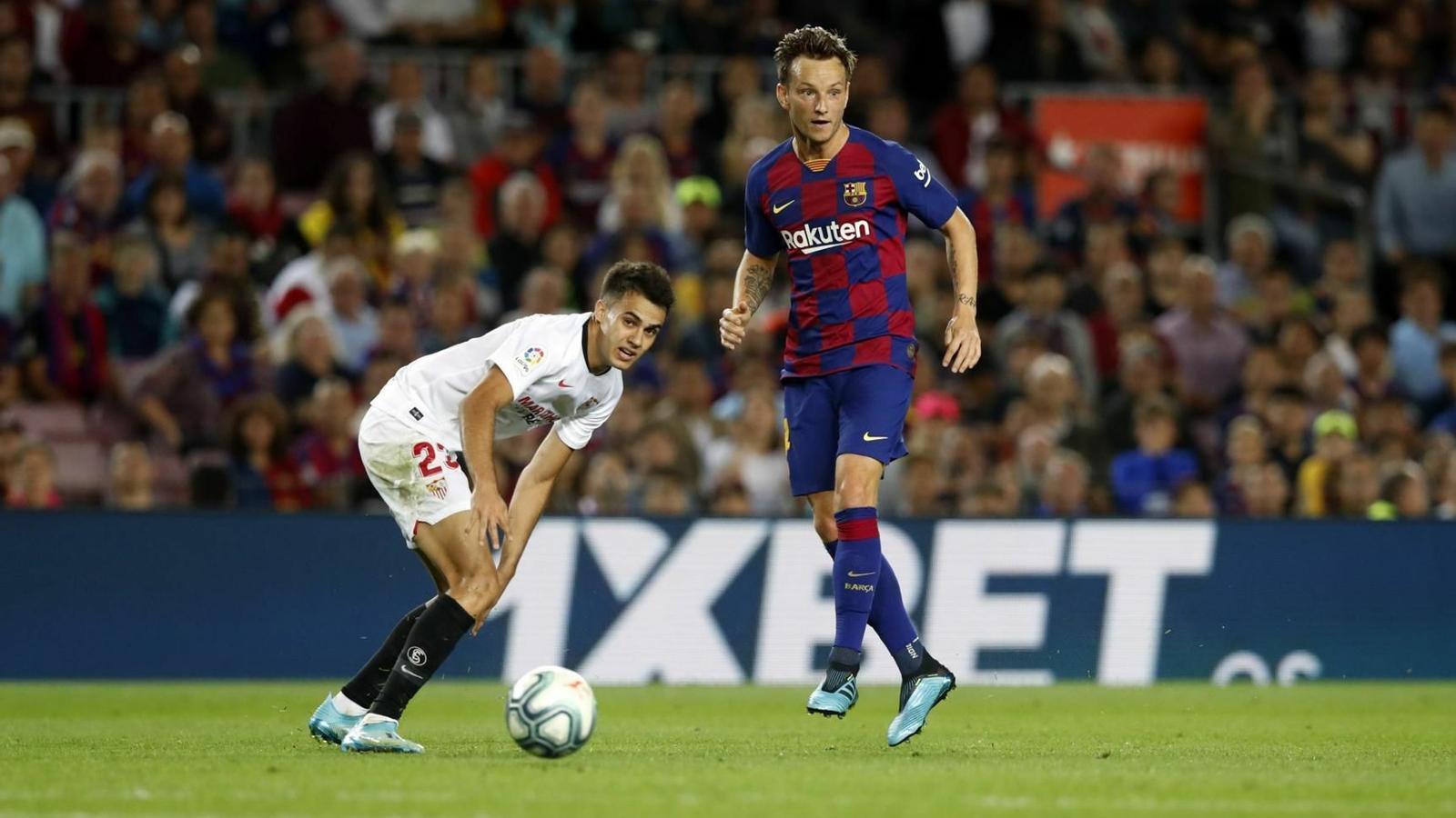 Rakitic i Reguilón, durant el Barça-Sevilla