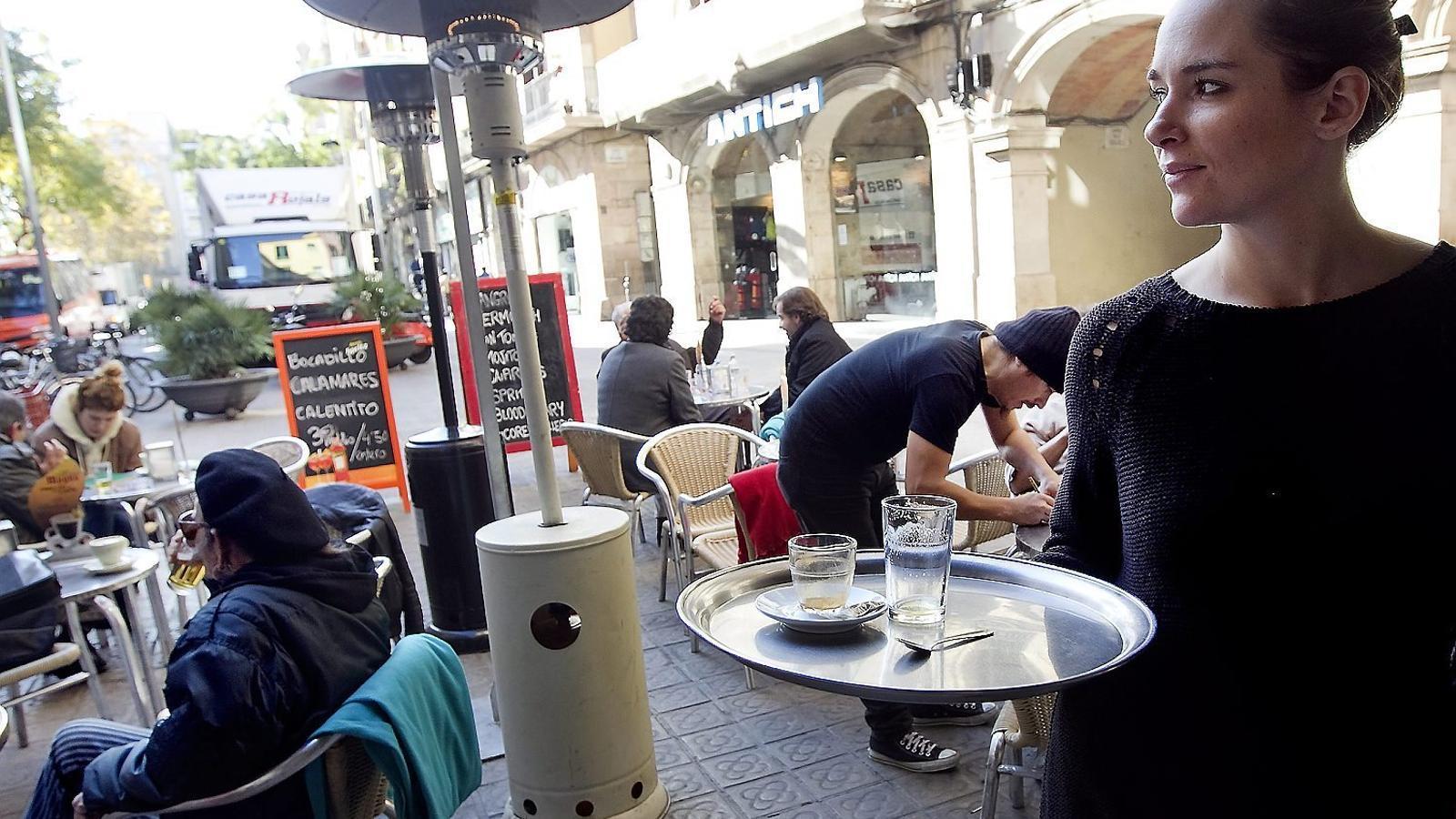 Els acomiadaments temporals s'acarnissen amb bars i restaurants
