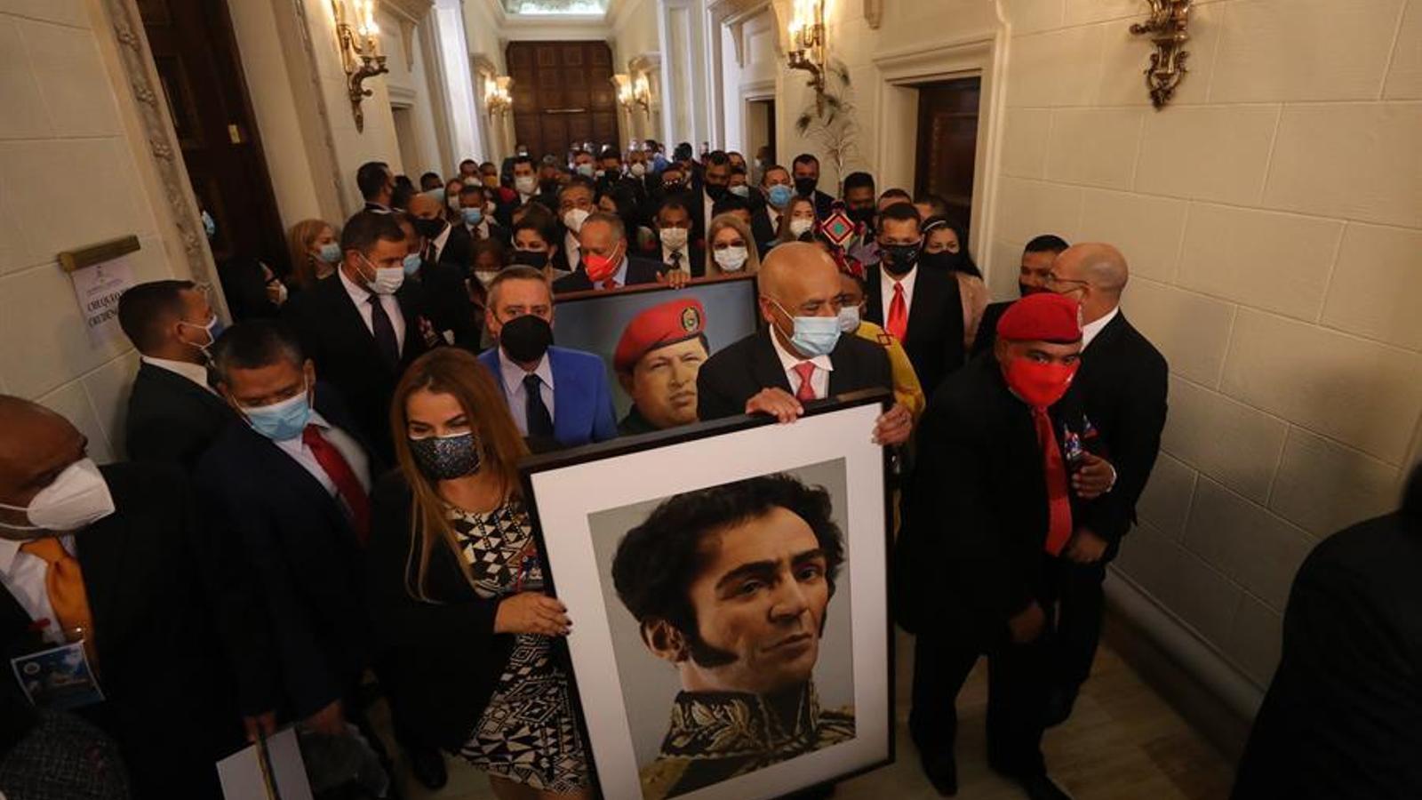 Els nous diputats de l'Assemblea Nacional de Veneçuela, encapçalats pel president de la cambra, Jorge Rodríguez, introdueixen a l'hemicicle els retrats de Simón Bolívar i Hugo Chávez