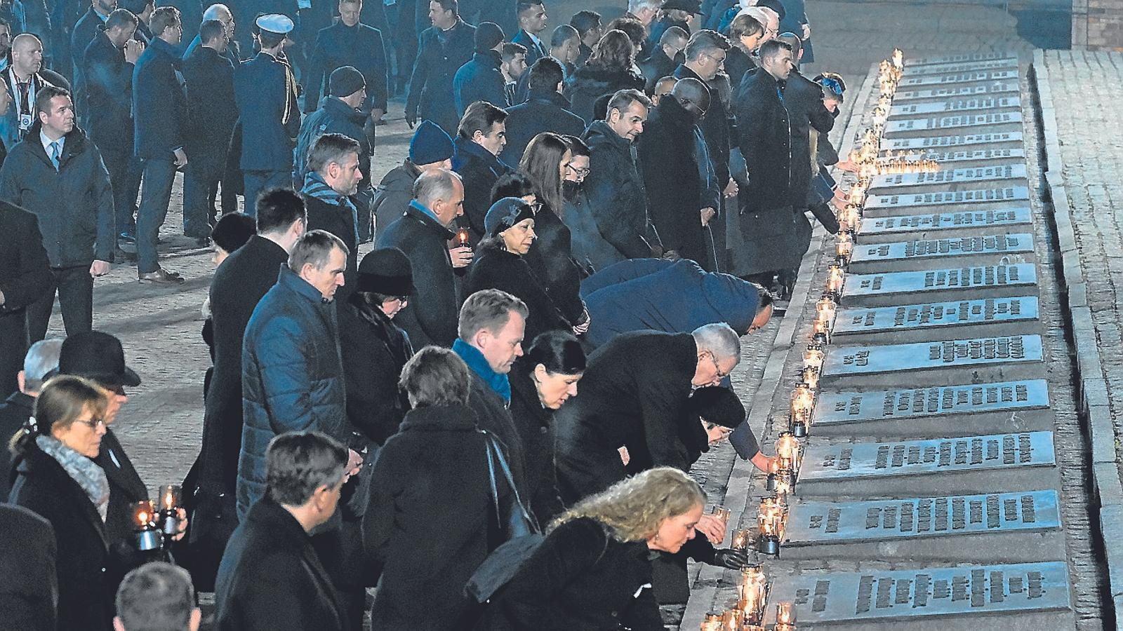 Homenatge a les víctimes de l'Holocaust al camp d'Auschwitz