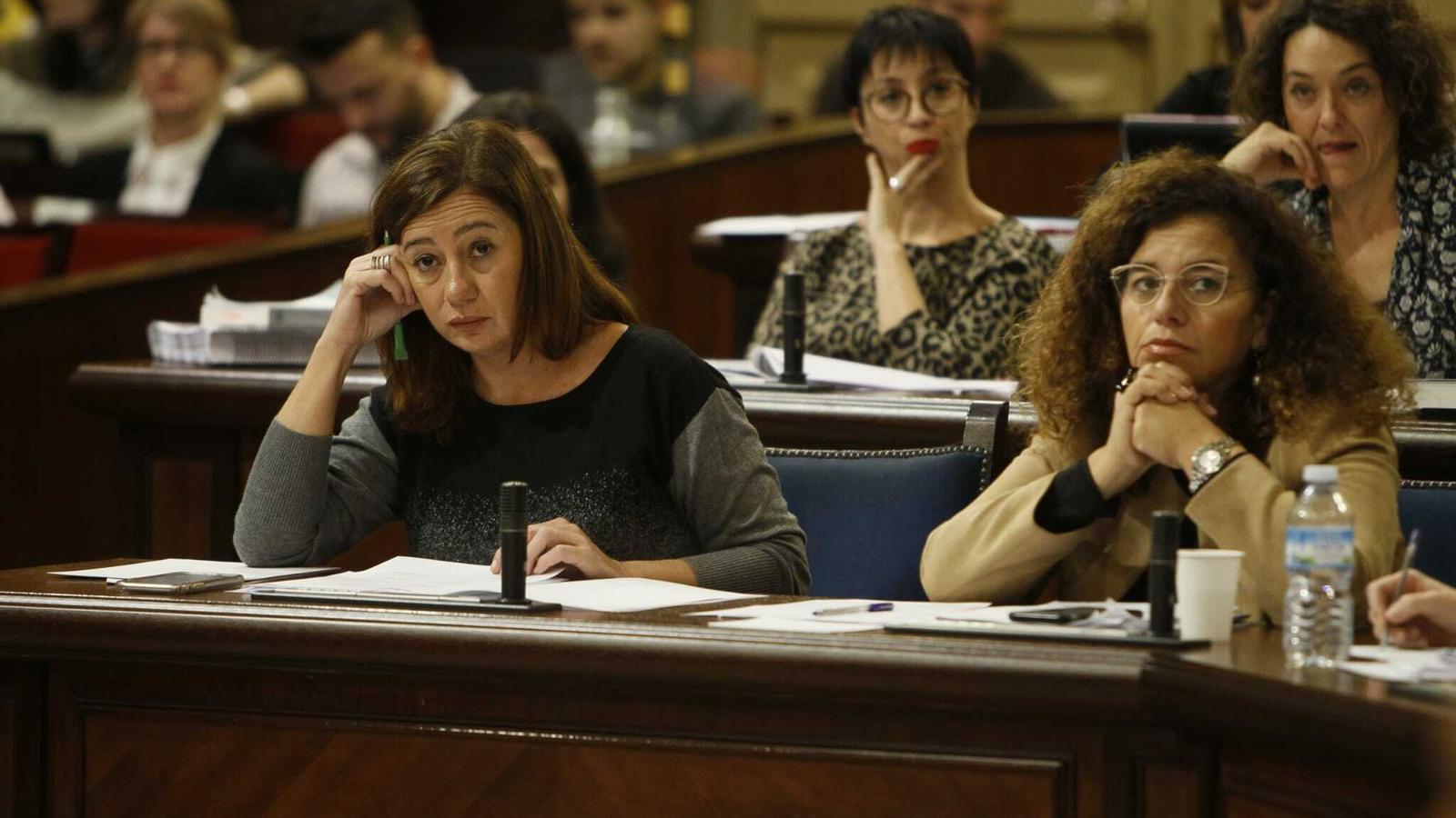 Francina Armengol i Pilar Costa en el ple del Parlament d'aquest dimarts