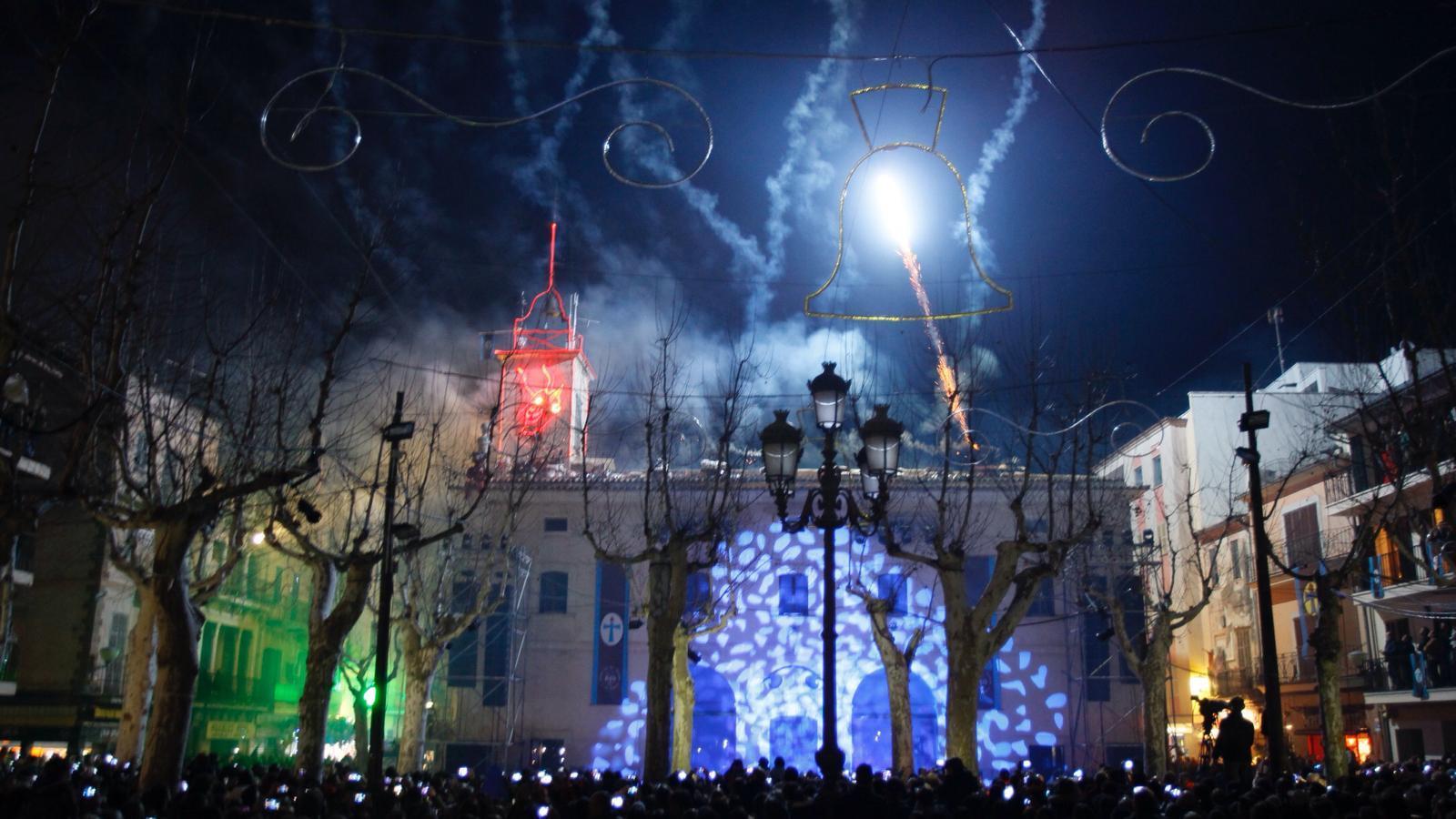 La plaça de Sa Pobla plena per gaudir d'una nit de foc