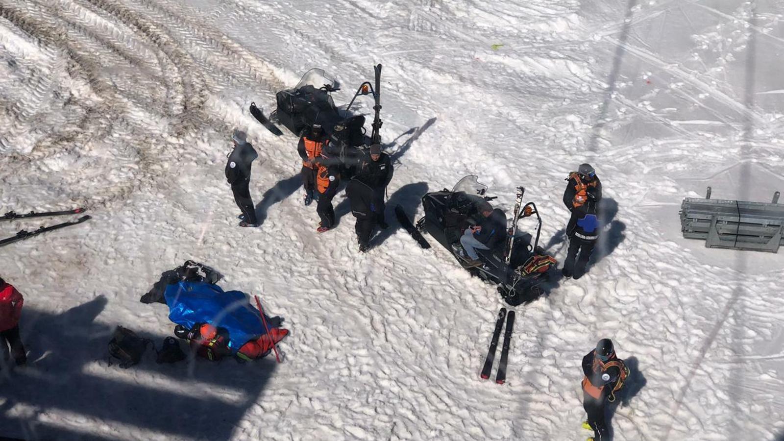 Les tasques de salvament de l'esquiador mort. / AGÈNCIA ANA