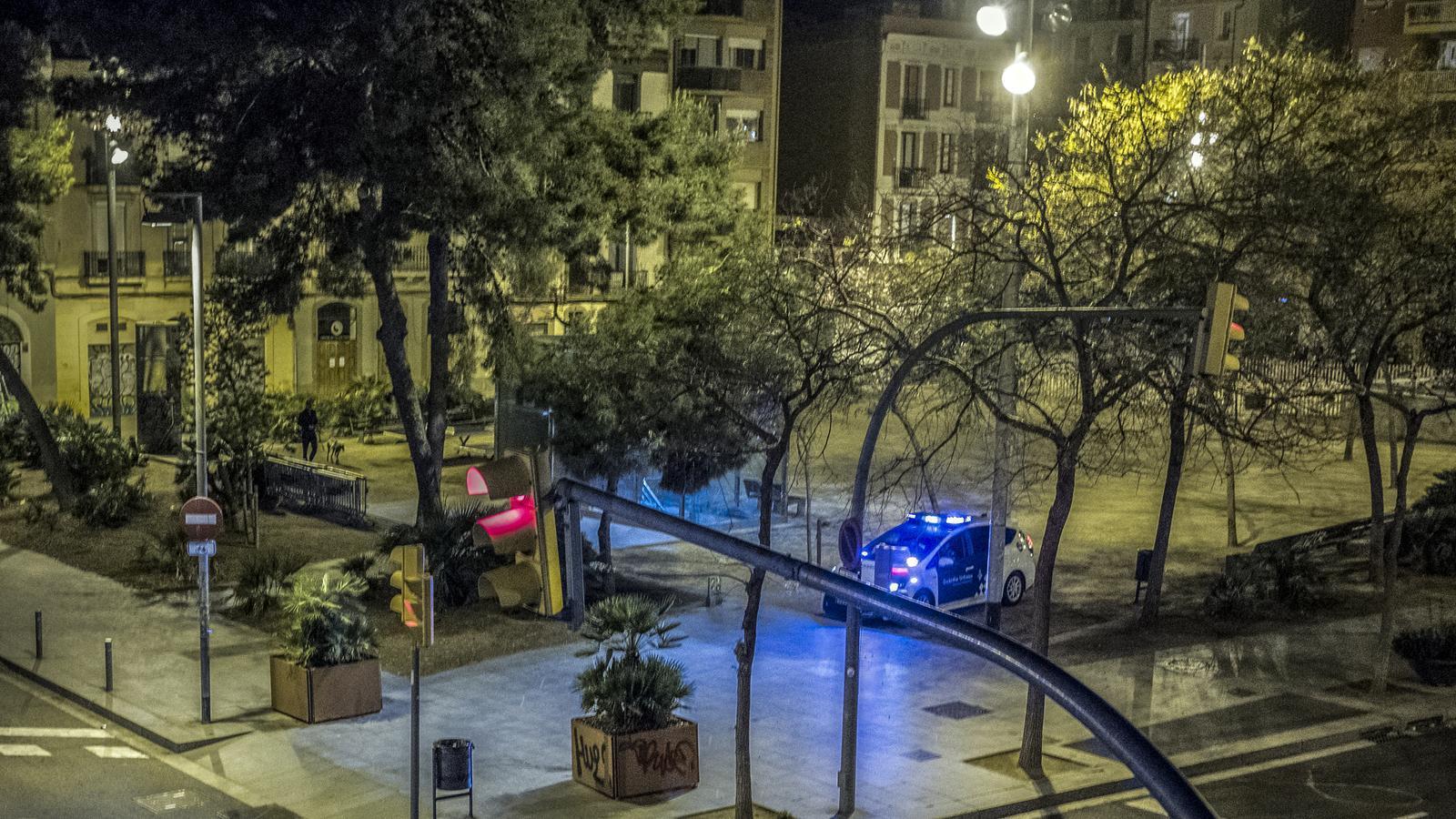 La plaça Joanic, de Barcelona, buida de nit durant l'estat alarma