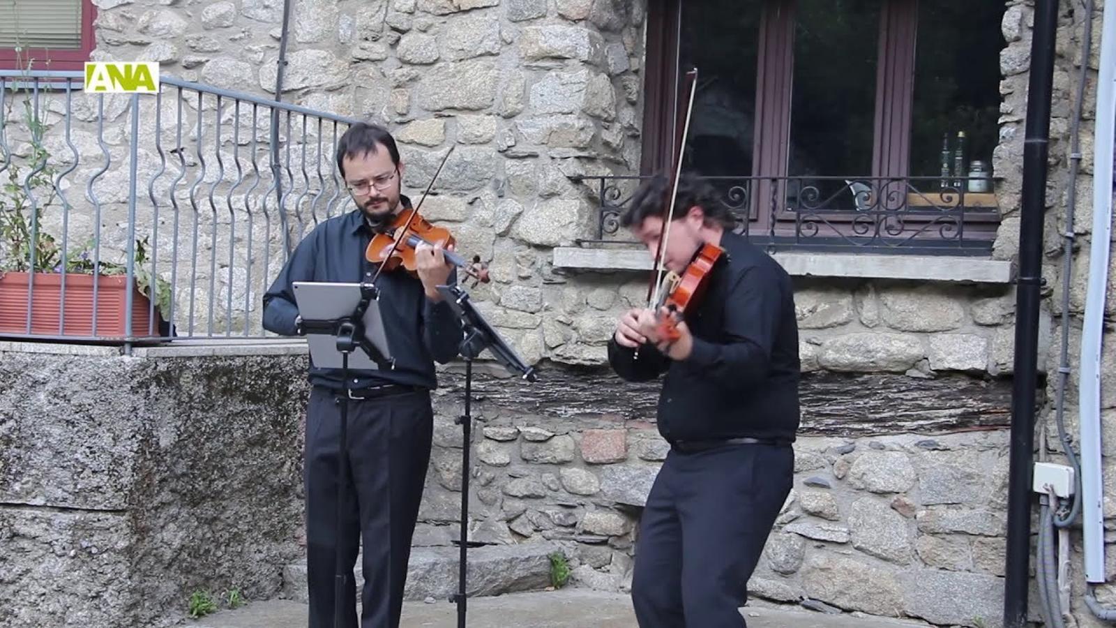 El Duo Mozart porta la música clàssica a l'església de Santa Coloma