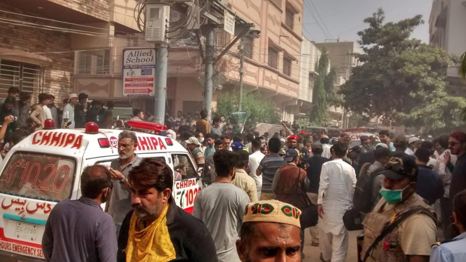 Una ambulància s'obre pas aquest divendres, en direcció al lloc de l'accident, en una àrea residencial a prop de l'aeroport de Karachi