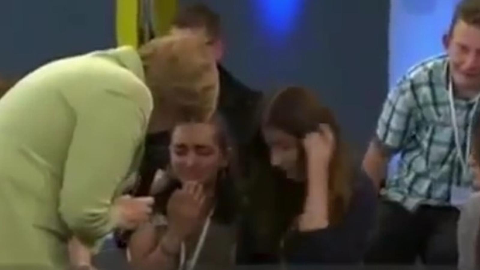 Merkel fa plorar una refugiada palestina en un programa de televisió