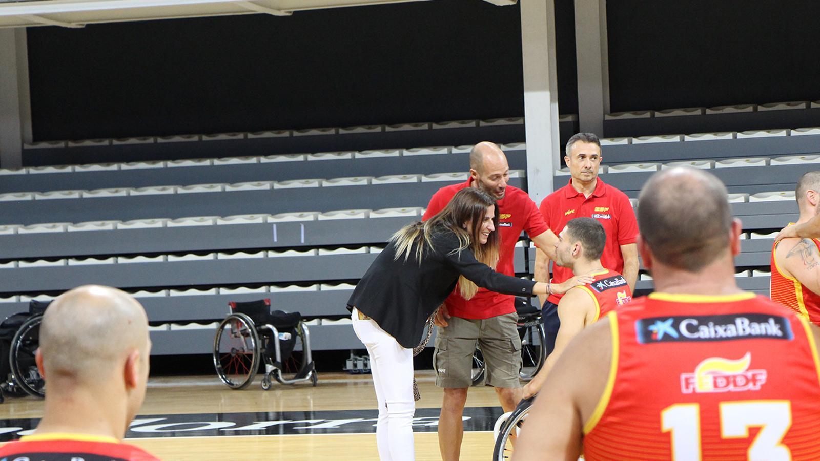 La ministra de Cultura i Esports, Sílvia Riva, conversa amb integrants de la federació espanyola de bàsquet adaptat. / M. F. (ANA)