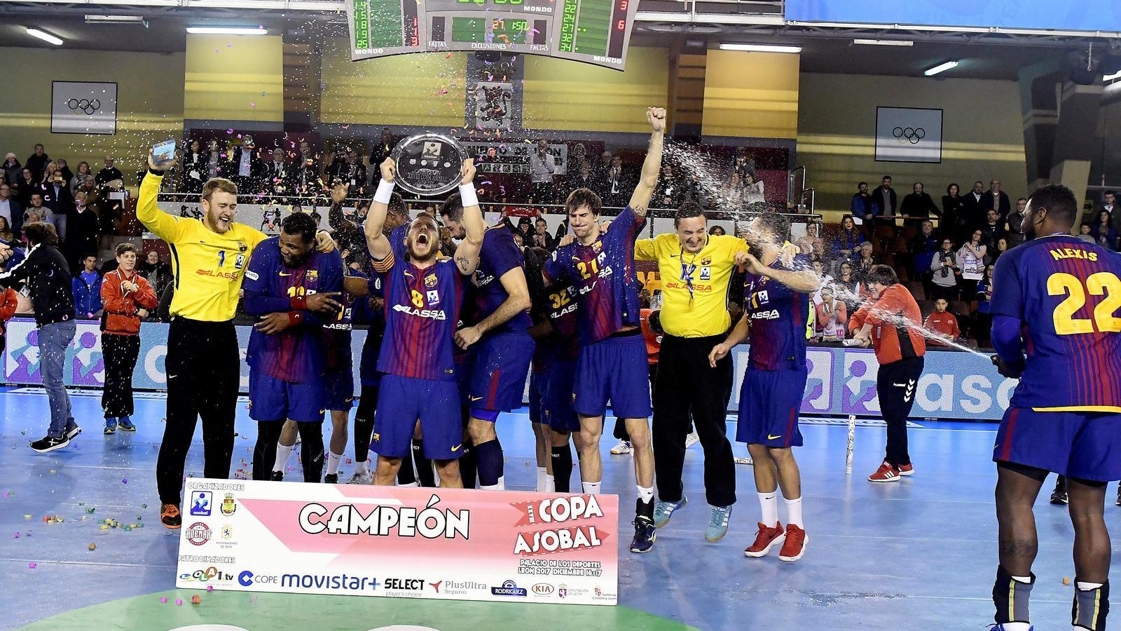 El Barça d'handbol, celebrant el títol