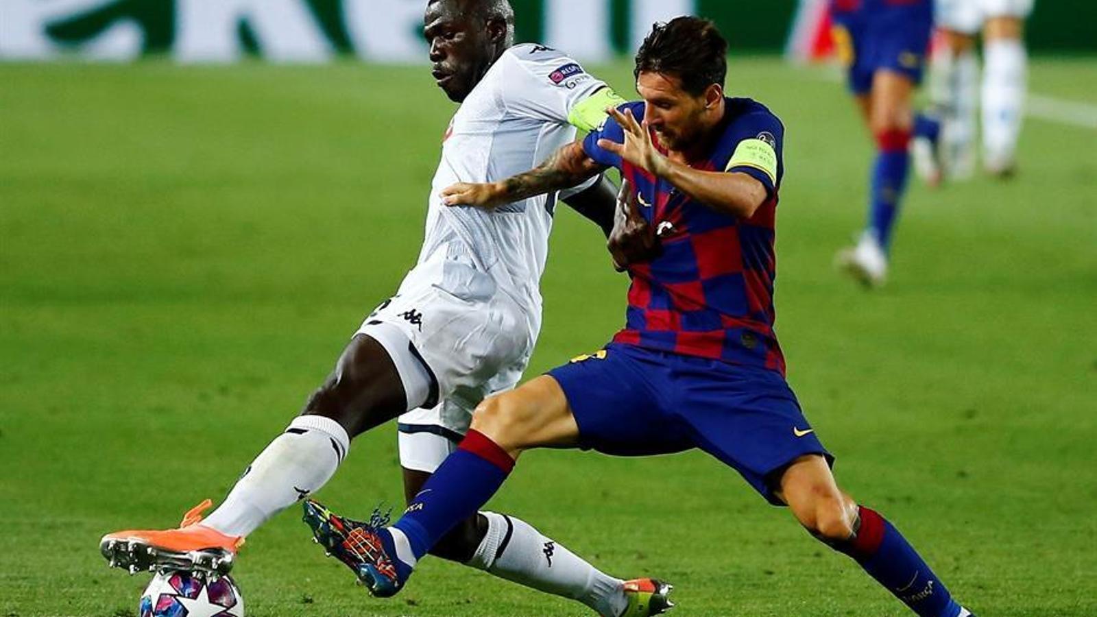Leo Messi intenta controlar una pilota contra el Nàpols al Camp Nou