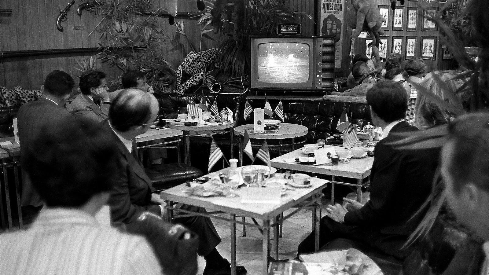 EXPECTACIÓ MUNDIALA tot el món es va seguir l'allunatge, com feien aquests espectadors en un bar de París.