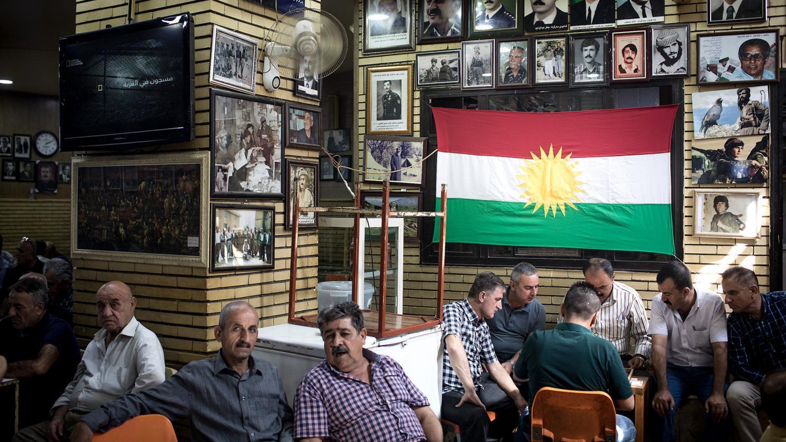 Un grup d'homes conversant, i uns altres jugant a backgammon, en una icònica teteria de Sulaimaniya, al Kurdistan iraquià, la vígilia de l'històric referèndum d'independència de la regió.