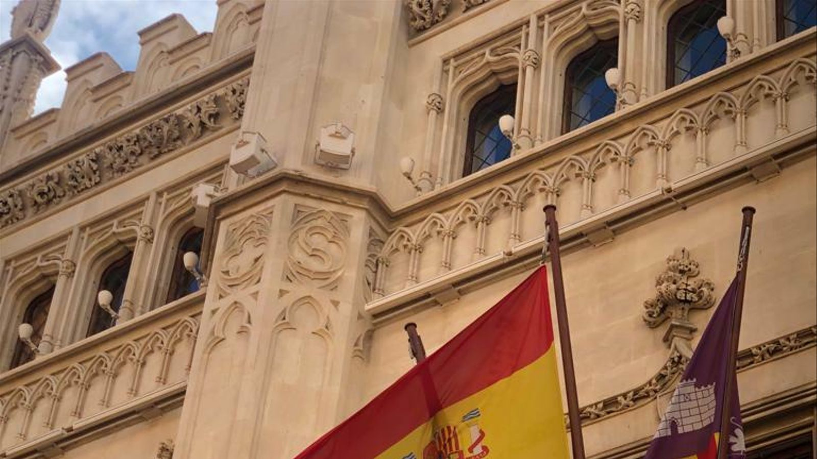 El Consell de  Mallorca penja la bandera espanyola del revés