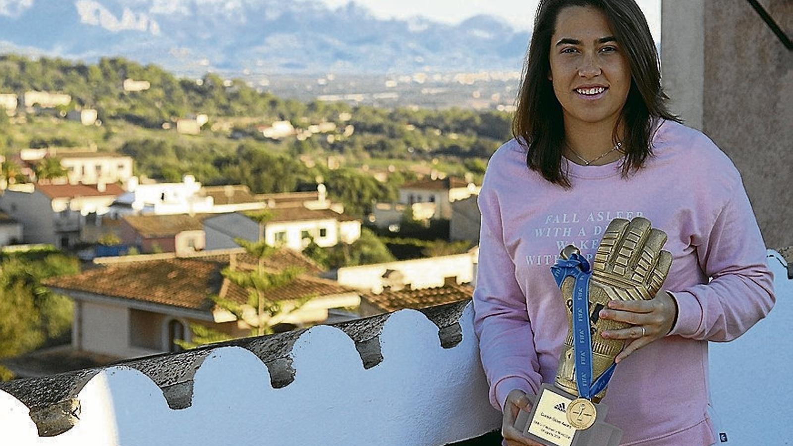 Cata Coll va rebre aquesta setmana el guant d'or del Mundial Sub 17.