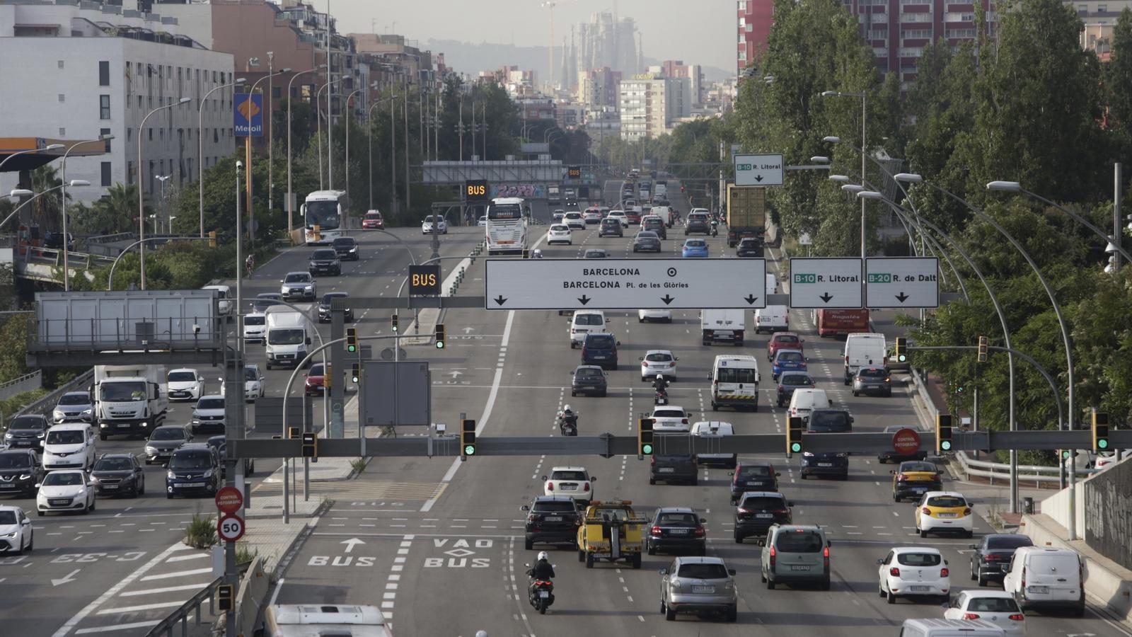 Entrada de cotxes a Barcelona per l'Avinguda Meridiana