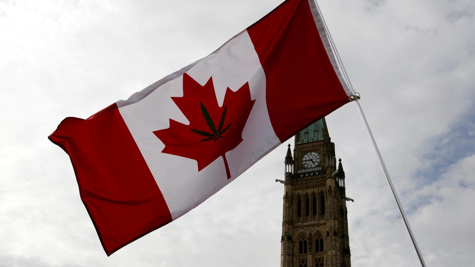 Una bandera canadenca amb el dibuix d'una fulla de marihuana oneja davant del Parlament canadenc, a Ottawa