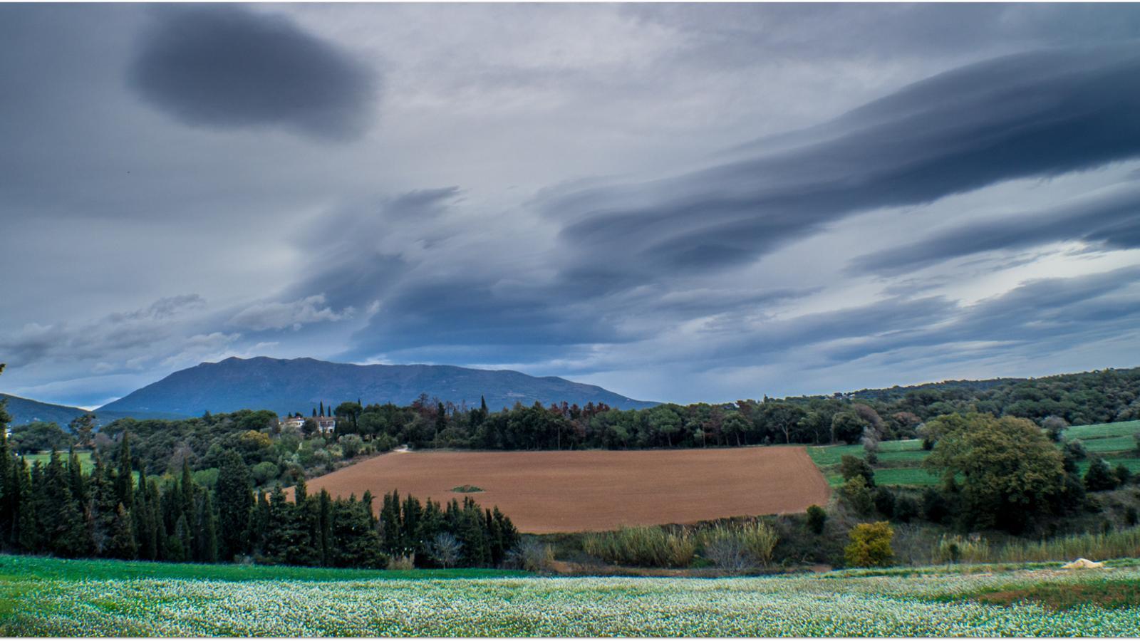 Núvols de vent damunt del Turó de l'Home on avui el vent ja ha assolit els 100 km/h