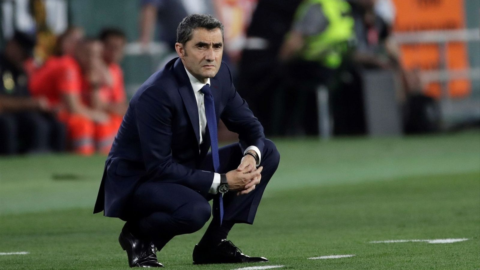Ernesto Valverde, mirant amb preocupació la final de Copa entre Barça i València