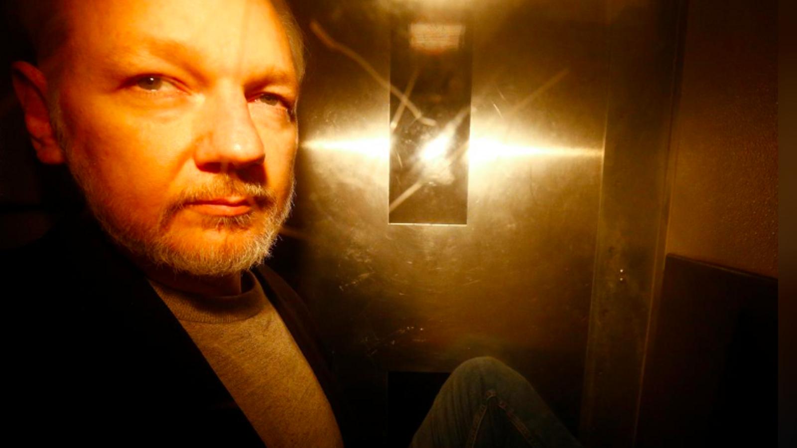 Julian Assange, ahir, en sortir del jutjat de Southwark, al sud de Londres, després de ser sentenciat a 50 setmanes de presó / HENRY NICHOLLS / REUTERS