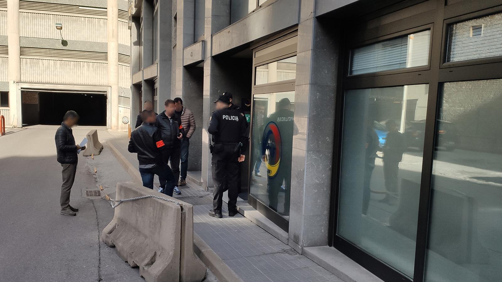 La comitiva judicial durant l'escorcoll a la FAF. / M. M.
