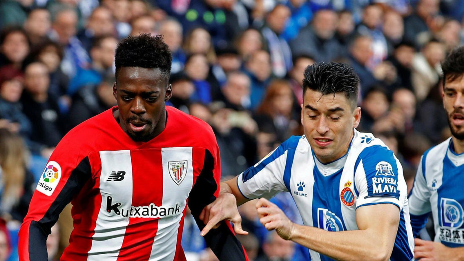 El davanter de l'Athletic Club Iñaki Williams en una acció en el partit d'ahir abans de rebre insults racistes a l'estadi de l'Espanyol.