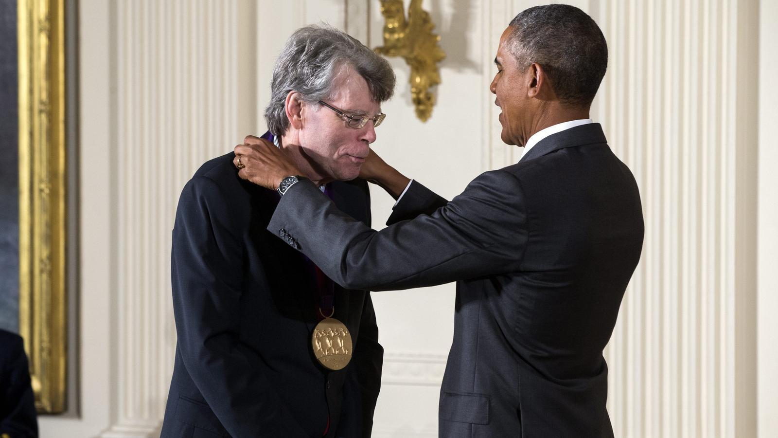 Barack Obama entregant a l'escriptor la Medalla Nacional de les Arts dels Estats Units l'any 2015