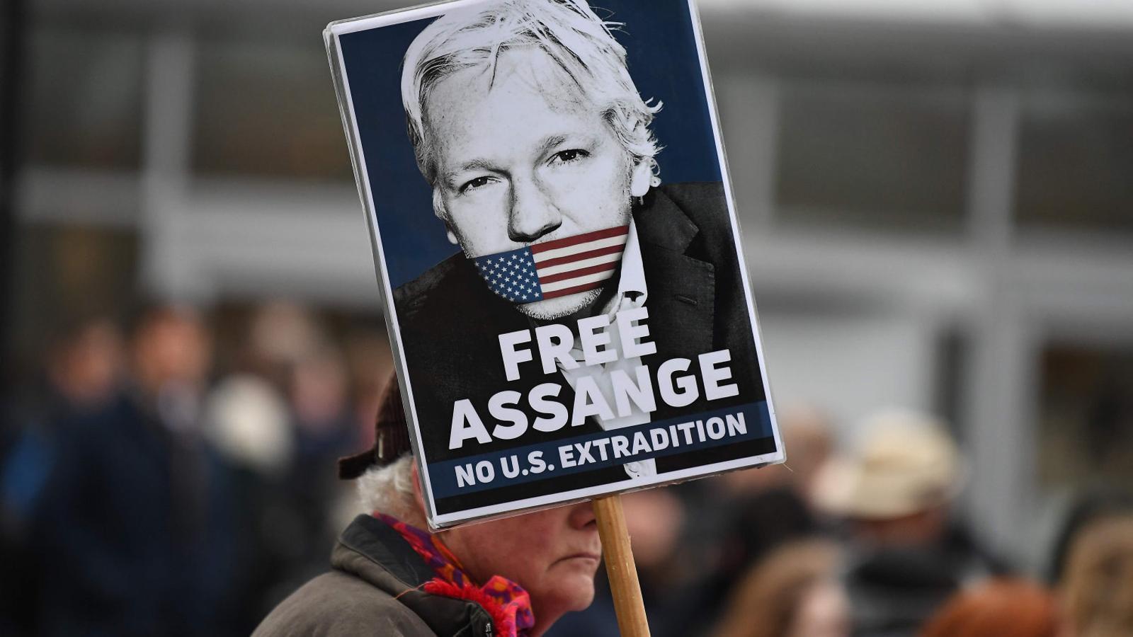Un manifestant amb un cartell que demana la llibertat d'Assange.