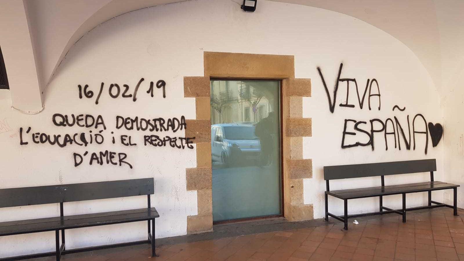 """Després de la visita d'Arrimadas a Amer ha aparegut una pintada a l'edifici municipal de Can Boles on s'hi pot llegir """"'viva España'"""""""