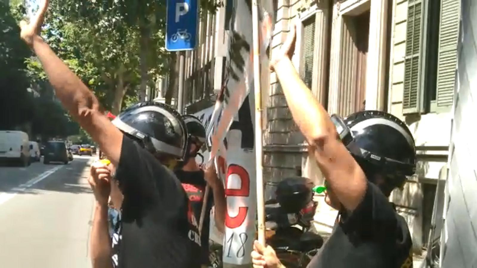 """Un grup de bombers de Barcelona reben Ada Colau a l'entrada de la delegació del govern espanyol, a qui que demanen """"un conveni digne"""""""