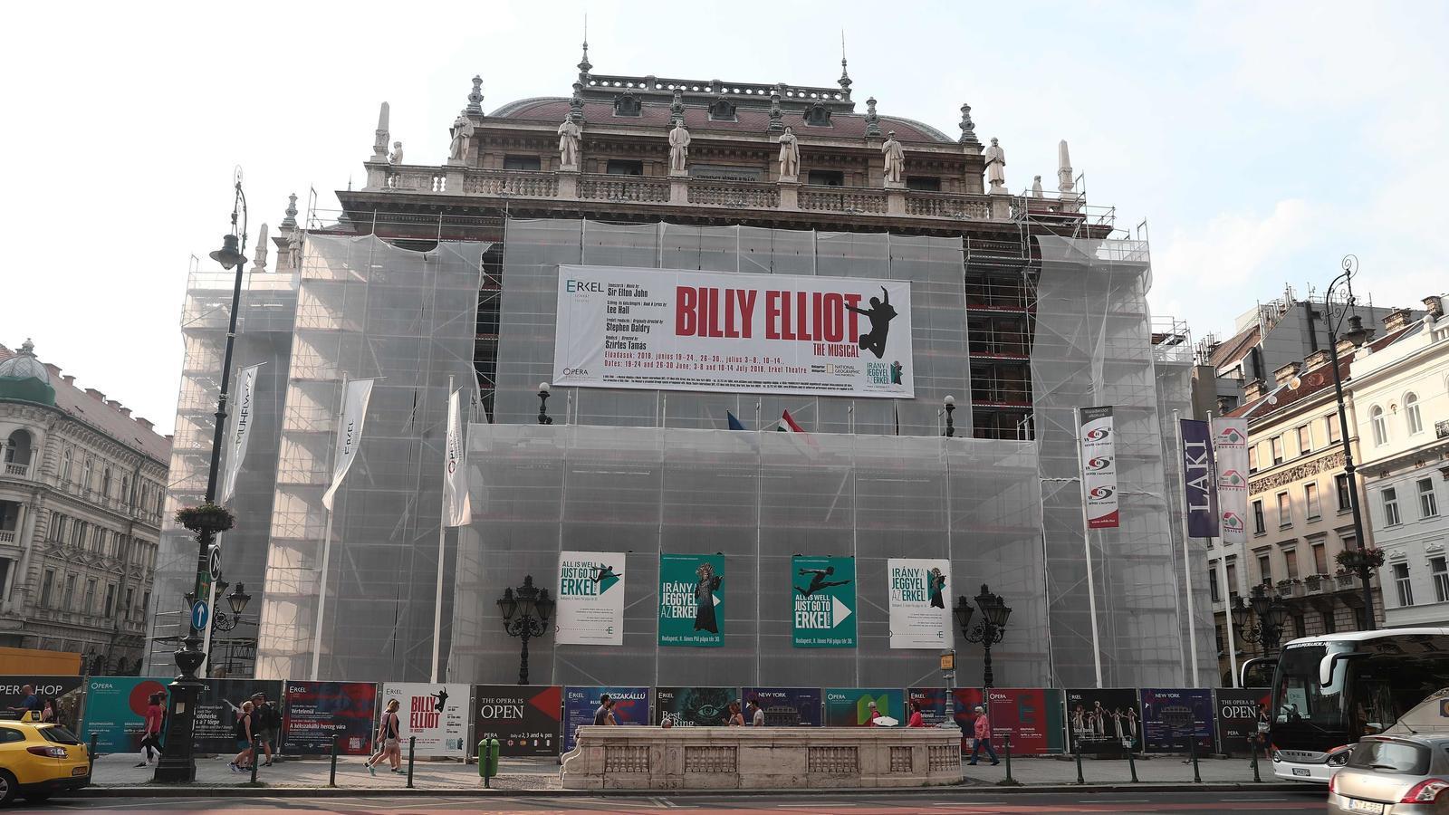L'edifici de l'Òpera de Budapest, en obres i amb la pancarta de l'obra de 'Billy Elliot' que s'ha suspès per una campanya homòfoba