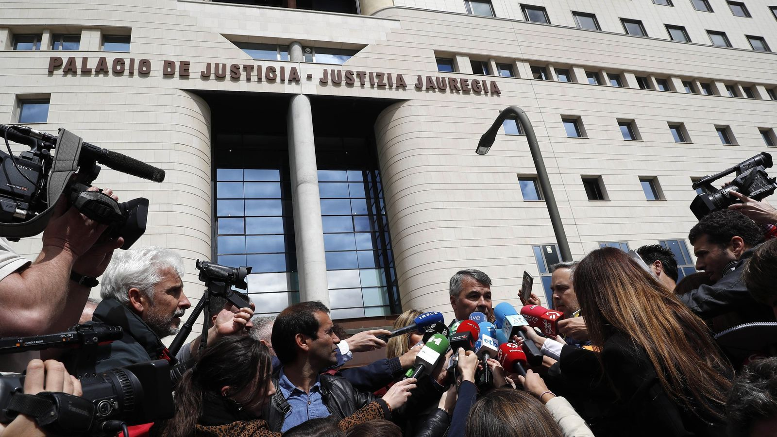 Condemnen a nou anys de presó els membres de 'la manada' per abús i no per agressió sexual
