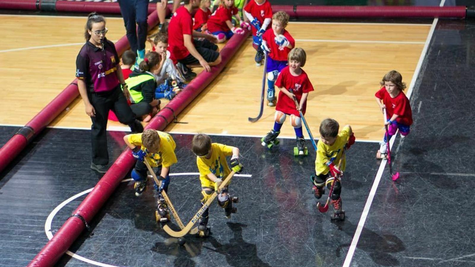 Un equip infantil jugant a hoquei. / ARXIU ANA